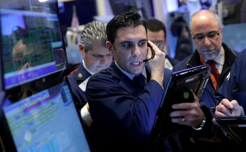 Agentes de cambio trabajan en el parqué de Nueva York, Estados Unidos. EFE/ARCHIVO
