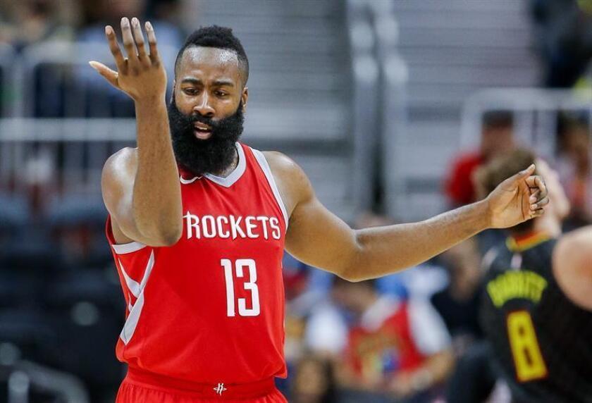 En la imagen un registro de James Harden, escolta de los Rockets de Houston, quien aportó 35 puntos -incluidos 13 de 14 tiros de personal-, 11 rebotes y 13 asistencias en el triunfo de su equipo 117-113 sobre los Cavaliers de Cleveland. EFE/Archivo