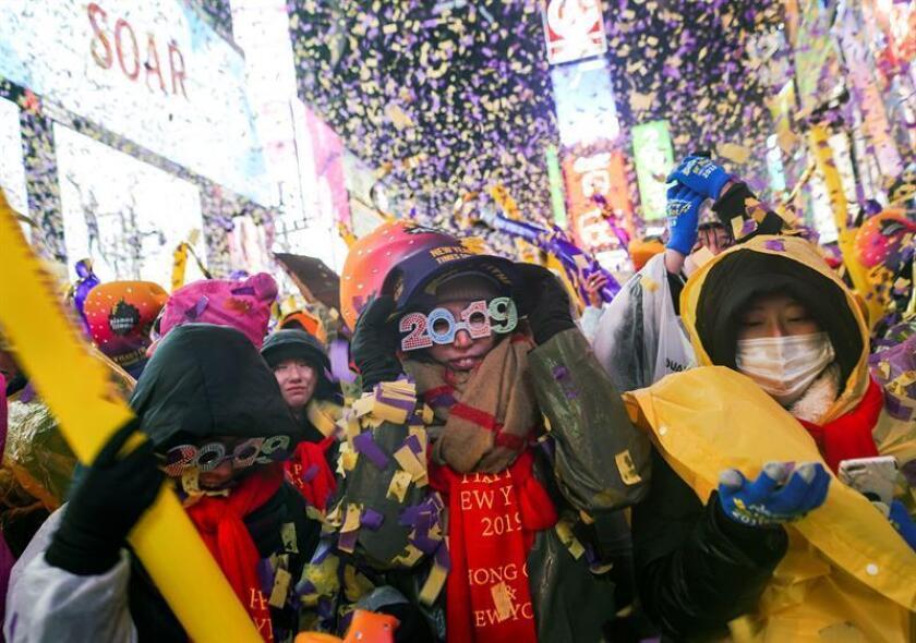 Miles de personas dan la bienvenida al año 2019 en la ciudad de Nueva York, en Times Square. EFE