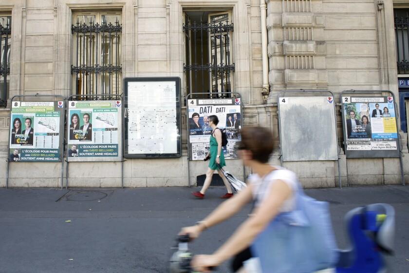 Unas personas caminan por una calle de París, Francia, el viernes 26 de junio de 2020.