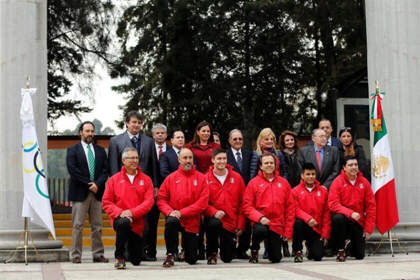 Integrantes de la delegación mexicana que participará en los Juegos Olímpicos de Invierno de PyeongChang 2018 (Corea del Sur) posan con directivos del Comité Olímpico Mexicano durante su ceremonia de abanderamiento hoy, miércoles 31 de enero de 2018, en Ciudad de México (México). EFE