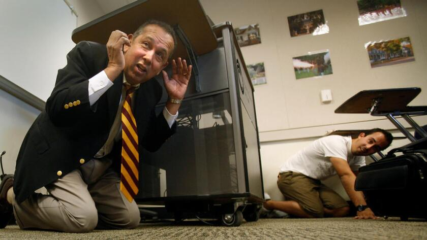 En 2008, el profesor de Orange Coast College Robert Raja, y sus estudiantes, fueron parte de un simulacro de terremotos en Costa Mesa (Mark Boster / Los Angeles Times).