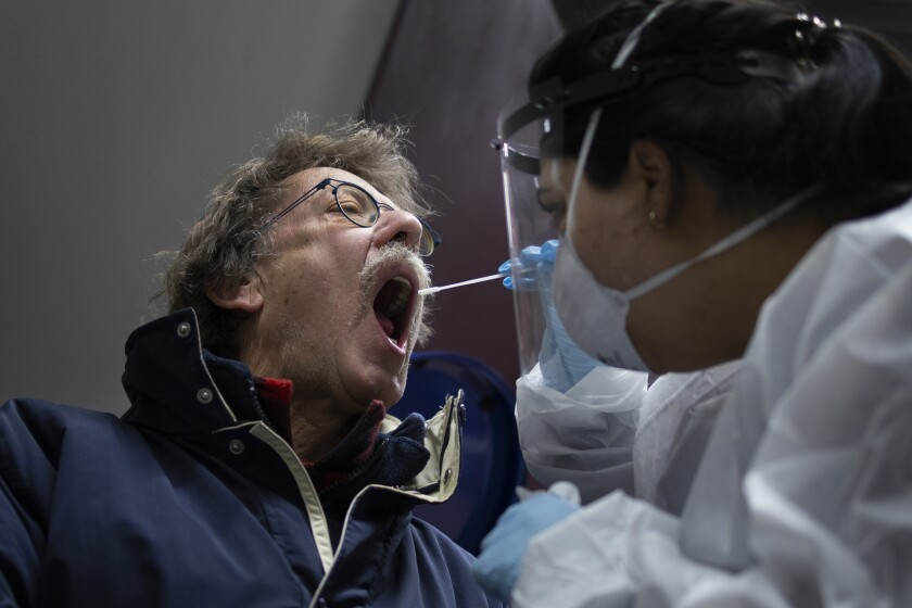 Un hombre recibe el hisopado en Bergschenhoek, Holanda, al participar de pruebas diagnósticas masivas