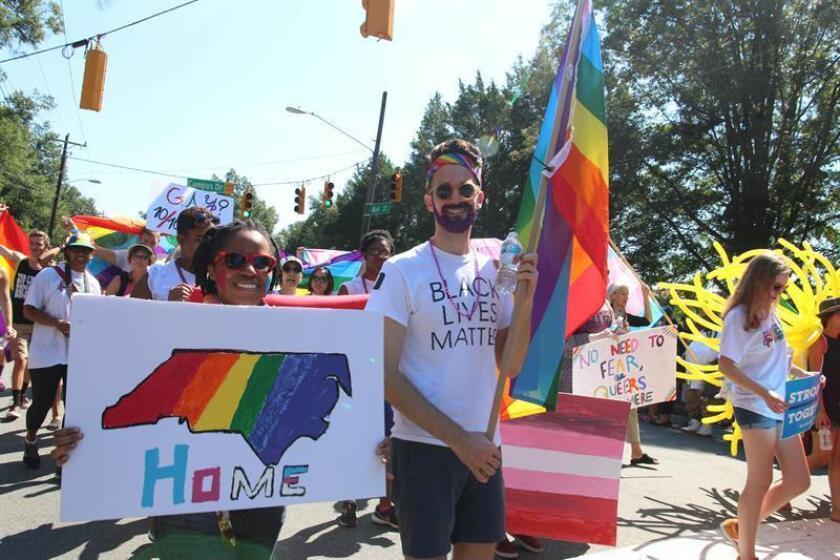 Un grupo de personas participaron ayer, 24 de septiembre de 2016, en la celebración del trigésimo segundo festival del Orgullo Gay en la ciudad de Durham, Carolina del Norte (EE.UU.). EFE/Walter Gómez