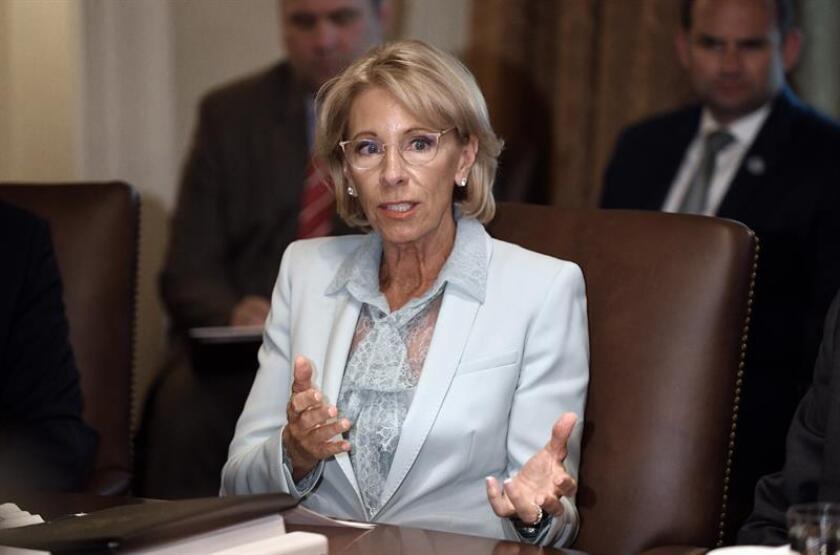 La secretaria de Educación estadounidense, Betsy DeVos, asiste a una reunión con su gabinete en la Casa Blanca, Washington. EFE/POOL/Archivo