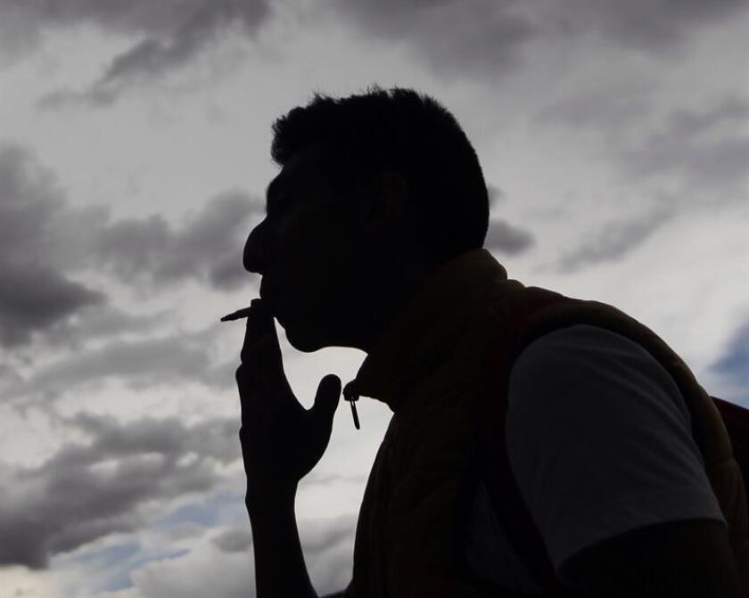 Un hombre fuma un cigarrillo hoy, miércoles 29 de noviembre de 2017, en Ciudad de México (México). Casi una década después de la aprobación de la Ley General para el Control del Tabaco, México no ha logrado convertirse en un país 100 % libre de humo y hoy ocupa el lugar 18 en América Latina en cuanto a la eficacia en la implementación de la norma, aseguraron hoy especialistas. EFE