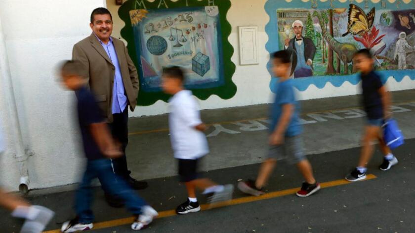 Richard Ramos, director de Haddon Avenue STEAM Academy, observa a los estudiantes en camino al almuerzo, el 19 de agosto pasado (Mel Melcon / Los Angeles Times).