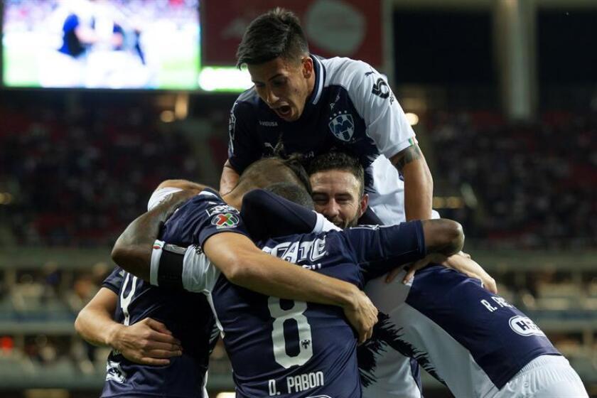 Jugadores de Monterrey celebran una anotación este sábado durante el juego correspondiente a la jornada 9 del torneo mexicano de fútbol entre Chivas y Monterrey, en el estadio Akron, en la ciudad de Guadalajara (México). EFE
