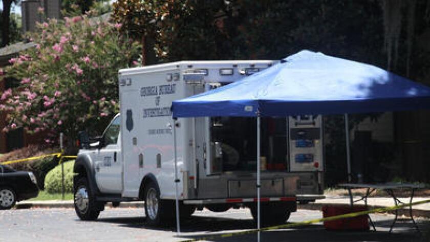 Vehículos de la Oficina de Investigación de Georgia se estacionan cerca de la escena de un tiroteo en donde estuvo involucrado un policía, el viernes 8 de julio de 2016 en Valdosta, Georgia. (Gabe Burns/The Daily Times vía AP)
