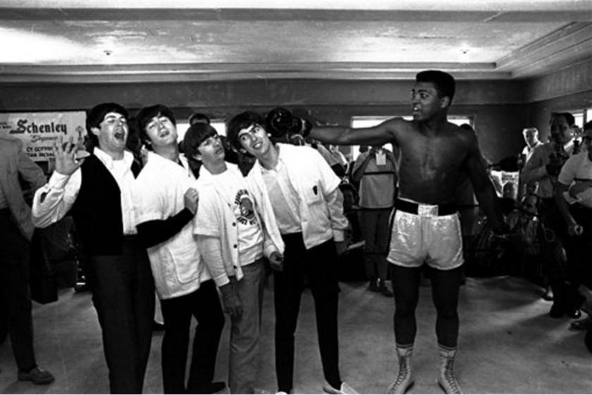 En esta foto de archivo del 18 de febrero de 1964, el boxeador Cassius Clay (después conocido como Muhammad Ali), derecha, posa con los Beatles,, de izquierda a derecha, Paul McCartney, John Lennon, Ringo Starr y George Harrison, en Miami Beach, Florida. Ali murió el viernes, 3 de junio de 2016, a los 74 años. (AP Photo/File)