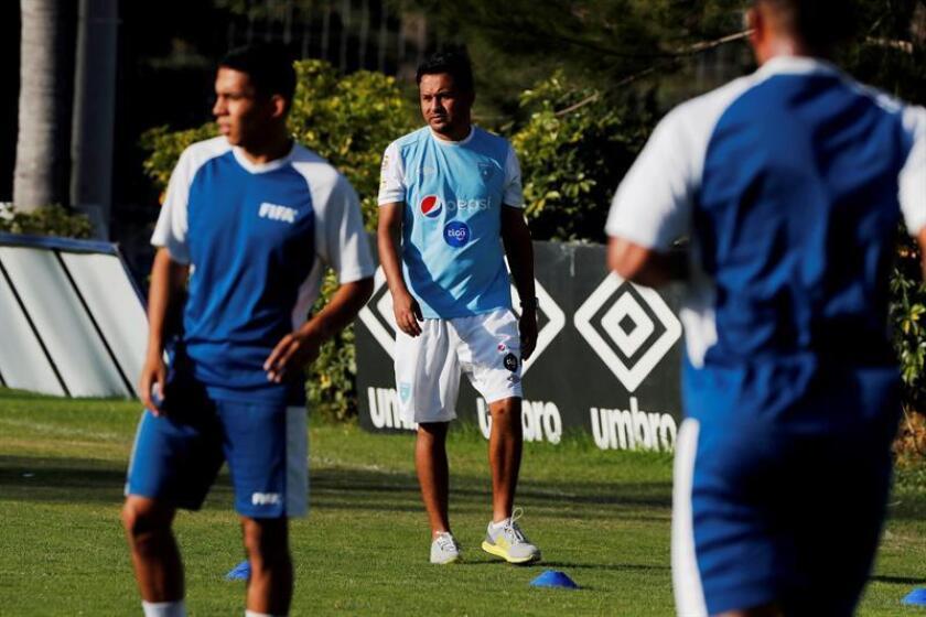 El entrenador de la Selección de Fútbol de Guatemala, Amarini Villatoro (c), participa en un entrenamiento este lunes, en Ciudad de Guatemala (Guatemala). EFE