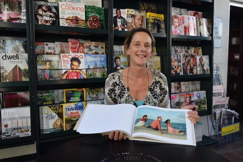 """Fotografía del 3 de diciembre de 2017, de la fotógrafa estadounidense Tria Griovan posando con su libro """"The Cuba Archive"""", durante una entrevista con Efe en la librería Books & Books de Coral Gables, en Miami (EE.UU.). EFE"""