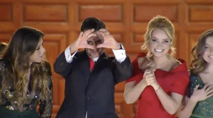 El presidente Enrique Peña Nieto, junto a su esposa e hijos, hizo un ¿corazón? a los presentes en el Zócalo, con motivo del Grito de Independencia.