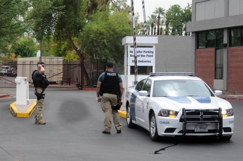 Agentes de policía custodian la entrada de la Oficina de Control de Inmigración y Aduanas (ICE) en el centro de Phoenix, Arizona (EE.UU.). EFE/Archivo