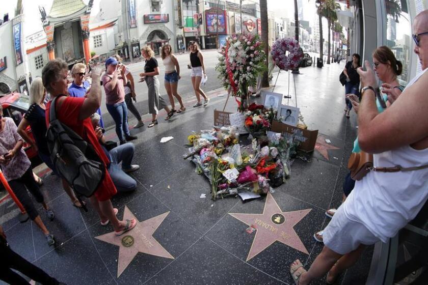 Vista de las velas, fotografías y flores que decoran la estrella que la cantante estadounidense Aretha Franklin tiene en el paseo de la Fama de Hollywood, California (Estados Unidos) hoy, 17 de agosto del 2018. EFE