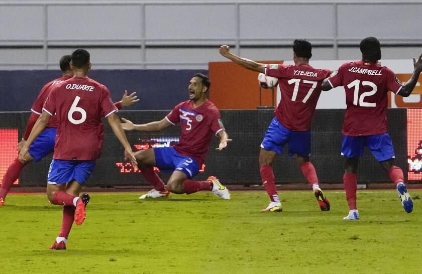 Los jugadores de Costa Rica festejan tras el gol de Celso Borges (centro) en el partido contra El Salvador