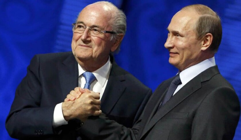 Joseph Blatter (i) y el presidente ruso Vladímir Putin.