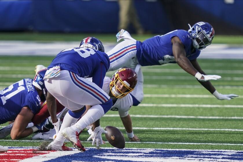 El quarterback del Washington Football Team, Kyle Allen (8) pierde control del balón