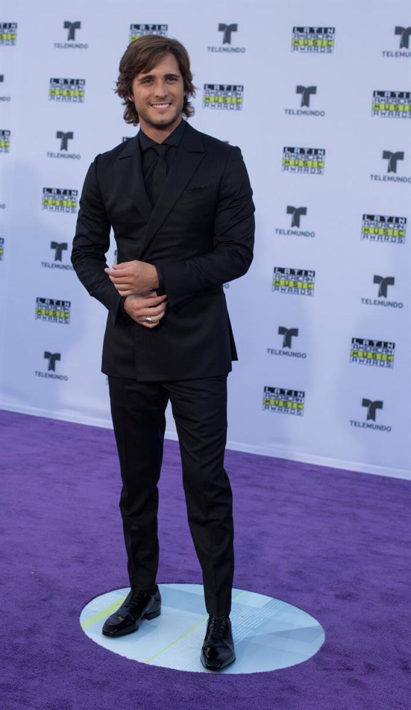 El cantante y actor mexicano Diego Boneta posa a su llegada a los Latin American Music Awards 2017 en Hollywood, California (EE.UU.). EFE/Archivo