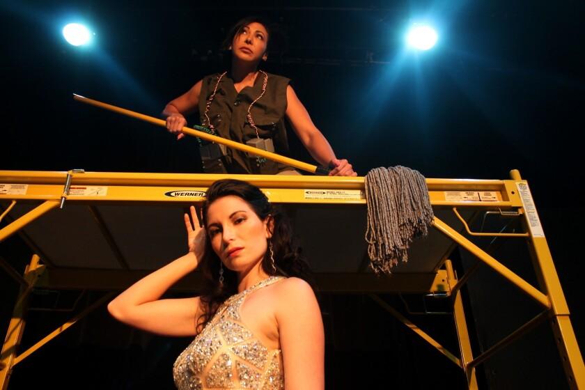 """Arriba, Maya Urdaneta, quien interpreta a La Señora, y abajo, Martina Medina, en su papel de Xenia. Ellas son las protagonistas del montaje """"En Exclusiva"""", que se estrena este viernes en el Complex de Hollywood."""