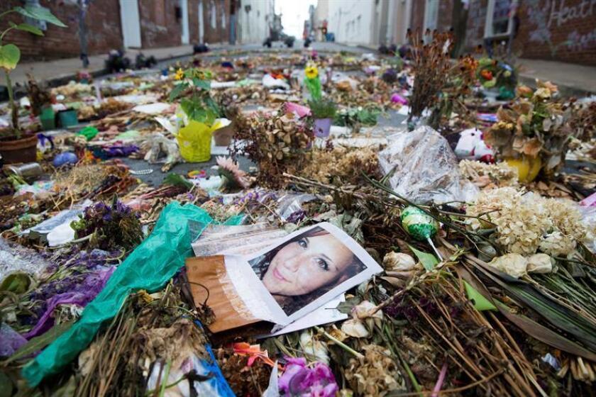 Fotografía de archivo donde se observan flores, velas y mensajes en memoria de Heather Heyer (en la imagen), fallecida tras el atropello de un neonazi mientras participaba en una manifestación antirracista, en Charlottesville, Virginia (Estados Unidos). EFE/Archivo