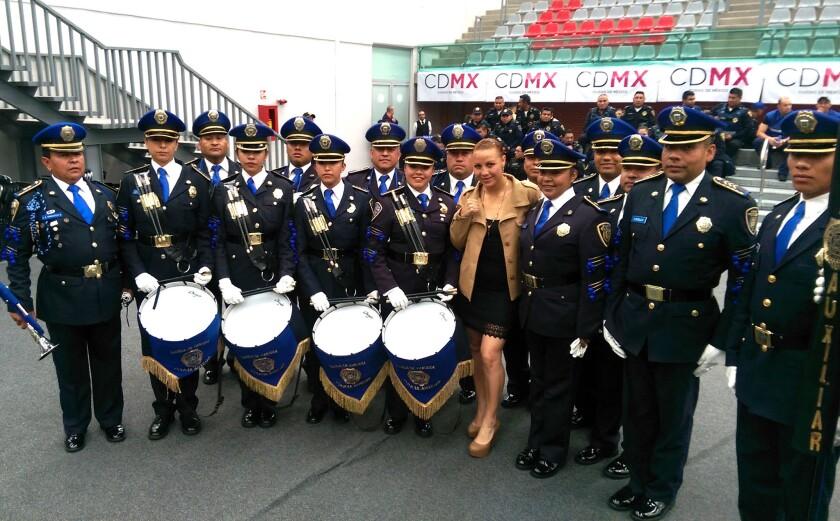 Zulina 'La Loba' Muñoz (c), rodeada de la banda de guerra de la Policía (SSP), previo a su prepesaje oficial.