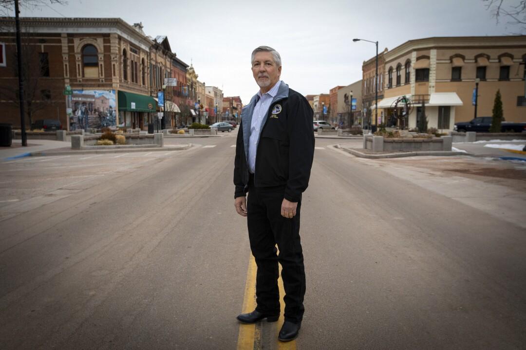496204_ME_la-na-Census-Gefängnis-Gerrymandering_04.FO.jpgState Senator Dennis Hisey, ein Republikaner aus der Gegend von Cañon City, steht an der Main Street in Cañon City.