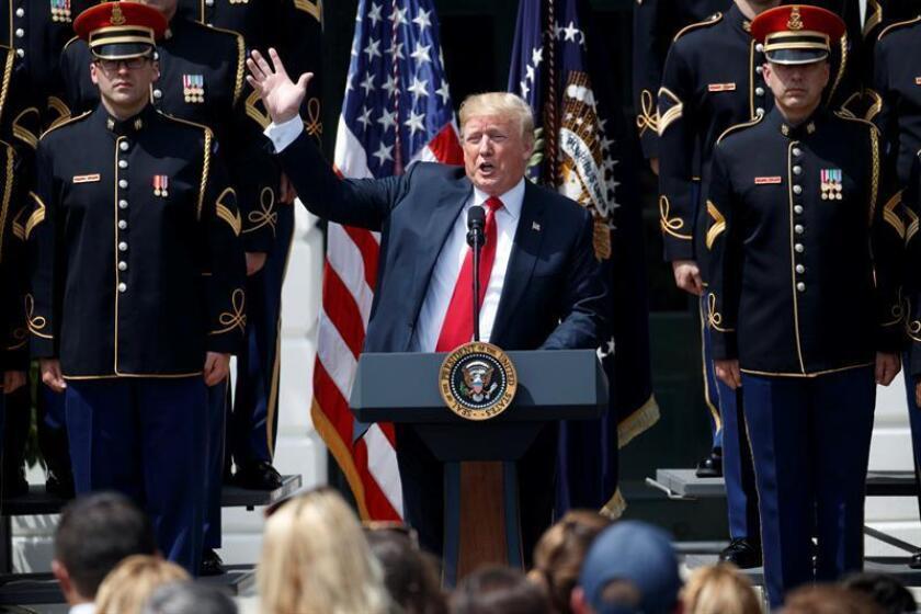 El presidente, Donald Trump, pidió hoy a la liga profesional de fútbol americano (NFL) que suspenda a los jugadores que se arrodillen durante el himno nacional esta próxima temporada. EFE/Archivo