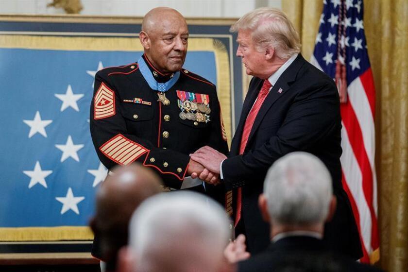 El presidente estadounidense Donald Trump (d) entrega la Medalla de Honor al sargento mayor de marina retirado John Canley (i) durante una ceremonia en la Casa Blanca en Washington (Estados Unidos) hoy, miércoles 17 de octubre de 2018. EFE