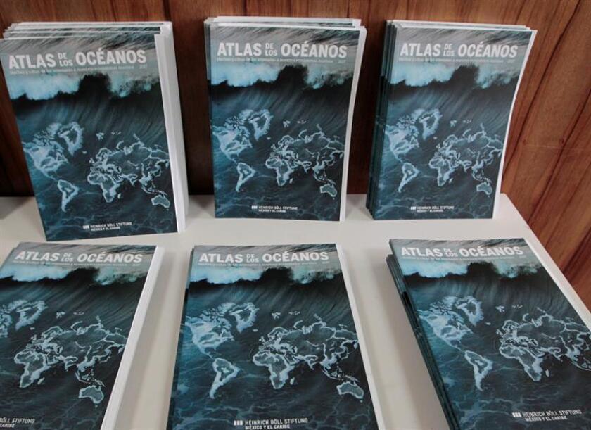 """Vista de varios ejemplares del """"Atlas de los Océanos"""" presentado por la fundación Heinrich Böll México y el Caribe hoy, viernes 17 de agosto de 2018, en Ciudad de México (México). EFE"""