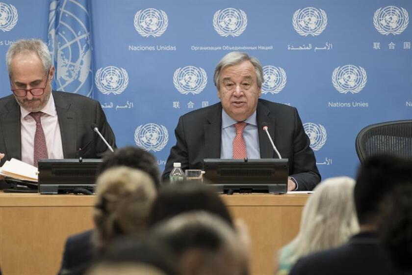 Fotografía cedida por la ONU donde aparece su secretario general, António Guterres (d), mientras habla junto a su portavoz, Stéphane Dujarric (i), durante una conferencia de prensa ofrecida hoy, jueves 12 de julio de 2018, en la sede del organismo en Nueva York (EE.UU.). EFE/Mark Garten/ONU/SOLO USO EDITORIAL
