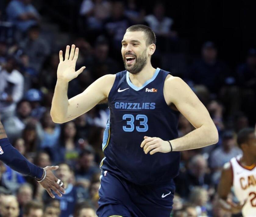 El jugador de los Grizzlies Marc Gasol celebra una jugada hoy, durante un partido de baloncesto de NBA entre Cleveland Cavaliers y Memphis Grizzlies, en el FedEx Forum de la ciudad de Memphis, en Tennesse (EE.UU.). EFE