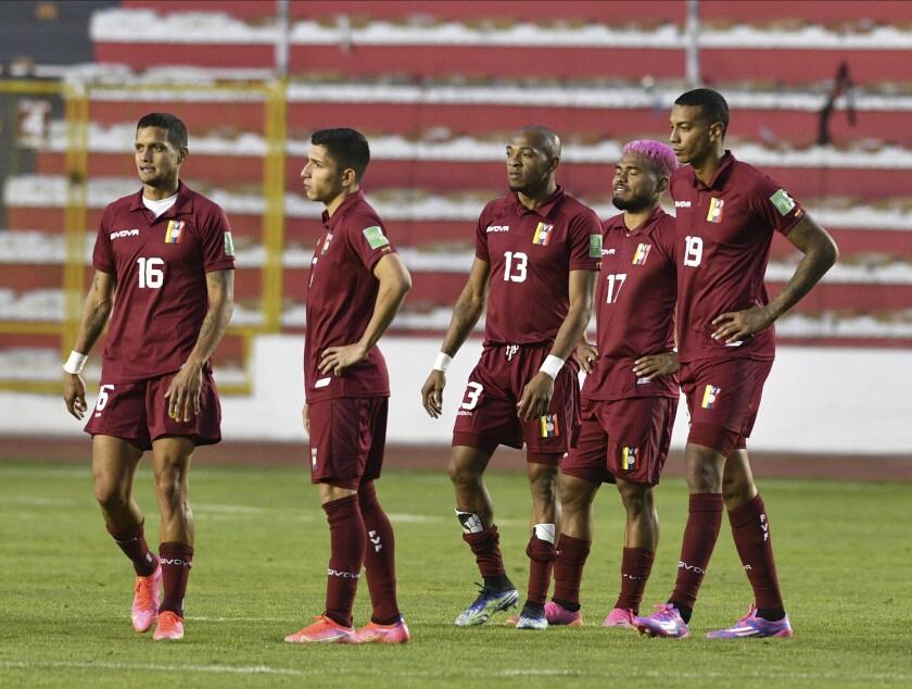 Los jugadores de la selección de Venezuela abandonan la cancha