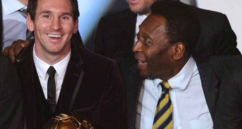 Lionel Messi (i) con el legendario Pelé, en una premiación de la FIFA.