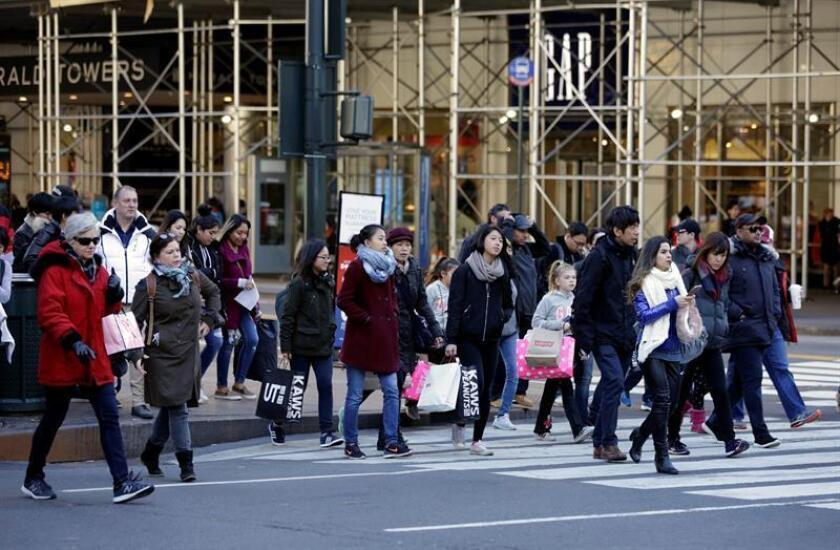 Varios consumidores cruzan una calle en Nueva York (Estados Unidos). EFE/Archivo