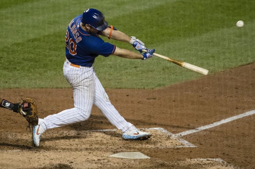 Pete Alonso, de los Mets de Nueva York, batea un jonrón de dos carreras en el juego del miércoles 12 de agosto de 2020, ante los Nacionales de Washington (AP Foto/Frank Franklin II)