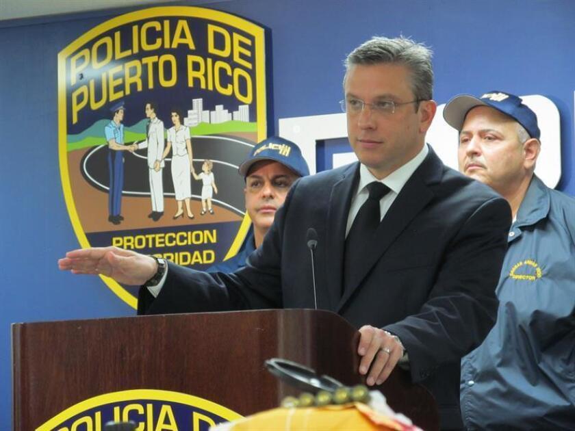 El exgobernador de Puerto Rico, Alejandro García Padilla, durante la rueda de prensa en el Cuartel General de la Policía en San Juan, donde se anunció la detención de mas de 160 personas en lo que ha marcado el mayor operativo de la historia de Puerto Rico en materia de tráfico ilegal de armas. EFE/Archivo