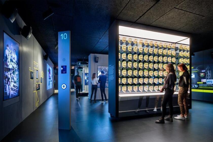 Fotografía cedida por el museo Spyscape en Nueva York, donde se aprecia su sección dedicada a los ataques cibernéticos y al colectivo de piratas informáticos Anonymous. EFE/Scott Frances/Spyscape/SOLO USO EDITORIAL/NO VENTAS/CRÉDITO OBLIGATORIO