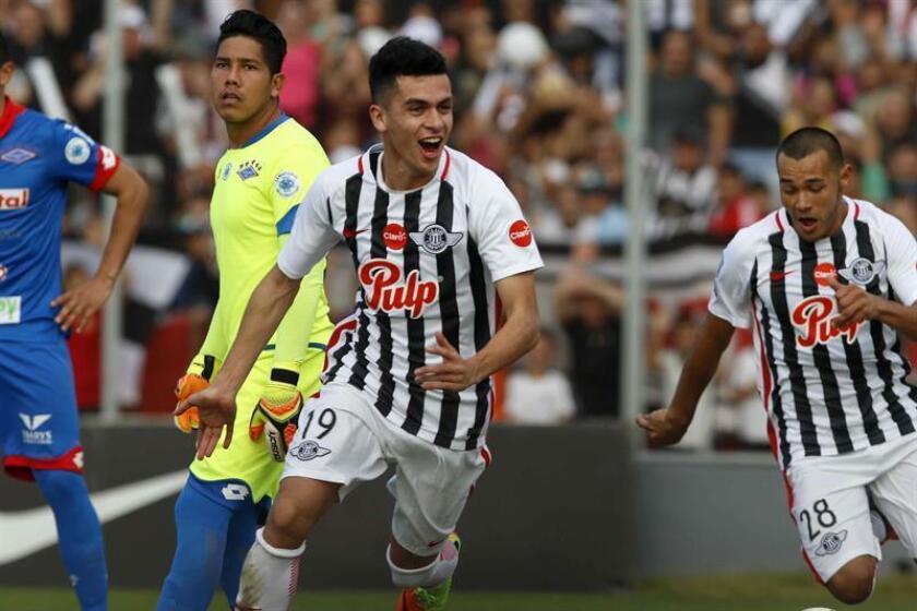 Jesús Medina (c) de Libertad celebra luego de anotar un gol contra Independiente de Campo Grande el 24 de junio de 2017, durante un partido de la Liga de Paraguay disputado en el estadio Nicolás Leoz de Asunción (Paraguay). EFE/Archivo