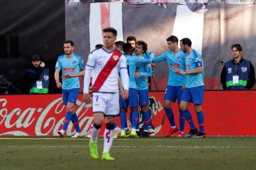 El delantero francés del Atlético de Madrid Antoine Griezmann (c), celebra su gol anotado ante el Rayo Vallecano, el primero del partido correspondiente a la jornada 24 de La Liga Santander, disputado en el Estadio de Vallecas, en Madrid. EFE