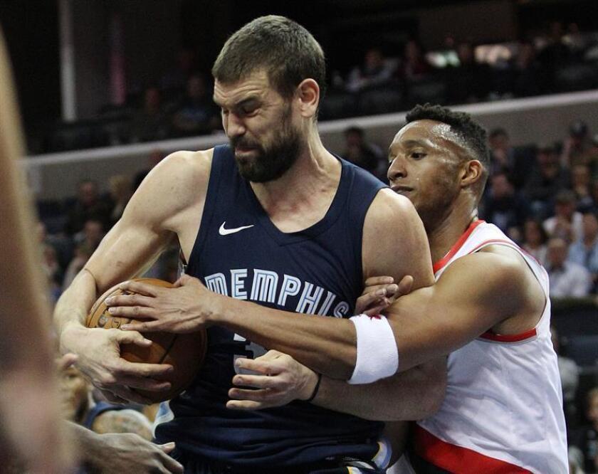 El español Marc Gasol (i) de los Grizzlies de Memphis en acción ante Evan Turner de los Trail Blazers de Portland durante un partido de la NBA, en el FedExForum de Memphis, Tennessee (EE.UU.). EFE