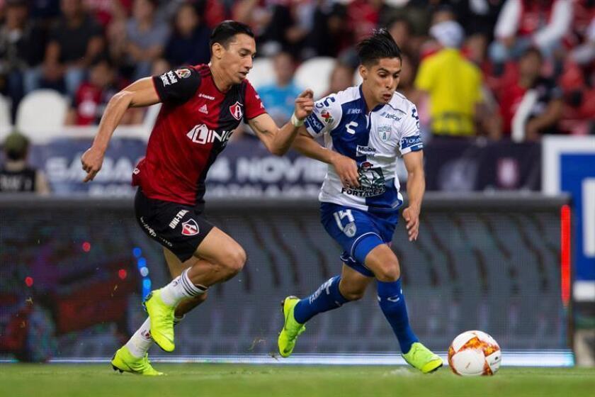 El jugador de Atlas Ismael Govea (i) disputa el balón con con Erick Aguirre (d) de Pachuca durante un partido correspondiente a la jornada 16 del torneo mexicano de fútbol, celebrado en el estadio Jalisco, en la ciudad de Guadalajara, Jalisco (México). EFE