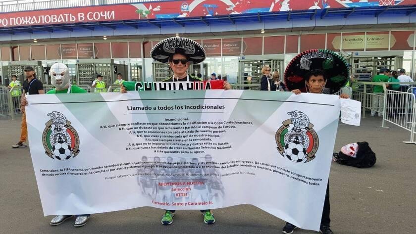 Fans mexicanos muestran la petición de su federación para evitar grito homofóbico en la Copa Confederaciones.