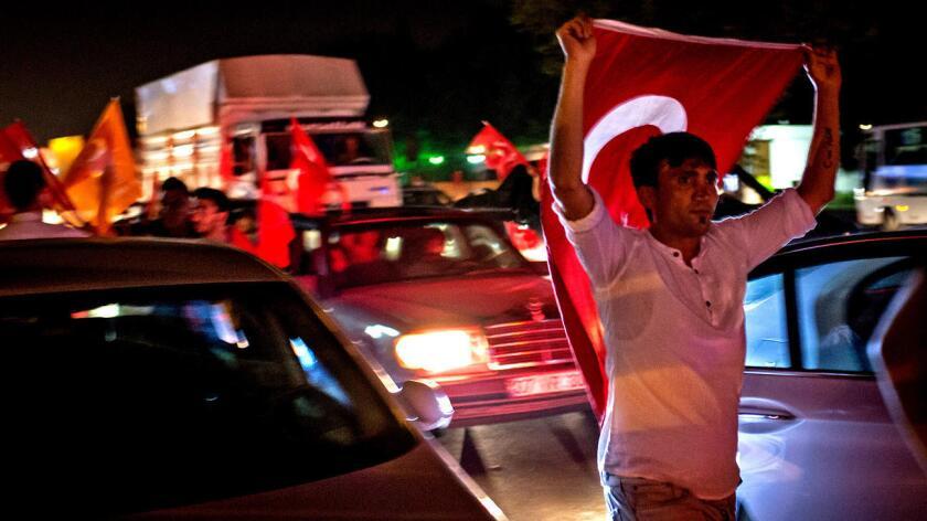 La gente de Turquía toma las calles el 16 de julio en apoyo al presidente Recep Tayyip Erdogan. Chris McGrath / Getty Images
