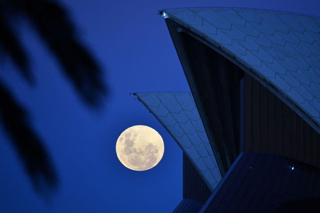 La luna piena sorge sopra la Sydney Opera House
