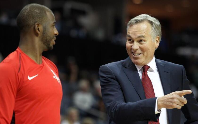 El entrenador Mike D'Antoni (d) de los Rockets habla con Chris Paul (i). EFE/Archivo