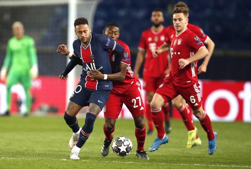 Neymar (izquierda) del PSG y David Alaba del Bayern Múnich disputan el balón durante el partido de cuartos de final de la Liga de Campeones, el martes 13 de abril de 2021, en París. (AP Foto/Francois Mori)