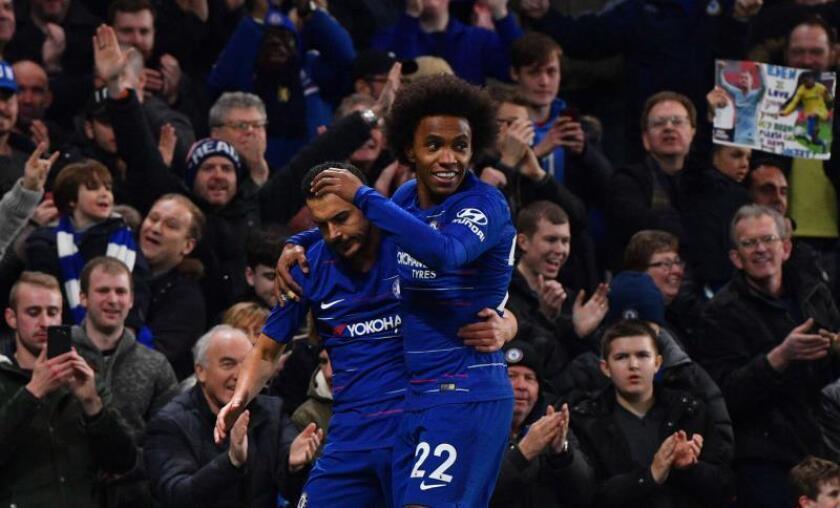 Los goleadores del partido Pedro (i) y Willian (d) celebra celebran uno de los goles de la victoriaen Stamford Bridge en Londres, EFE/EPA
