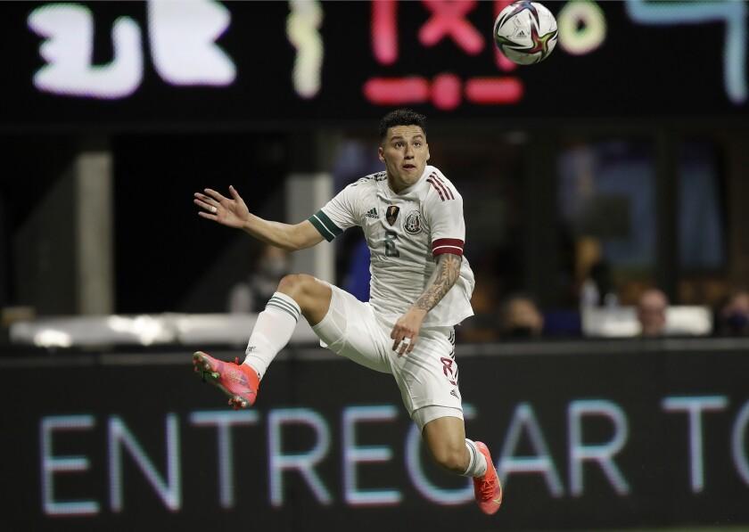 El mexicano Jorge Sánchez espera para recibir el balón en la segunda mitad del duelo amistoso contra Honduras