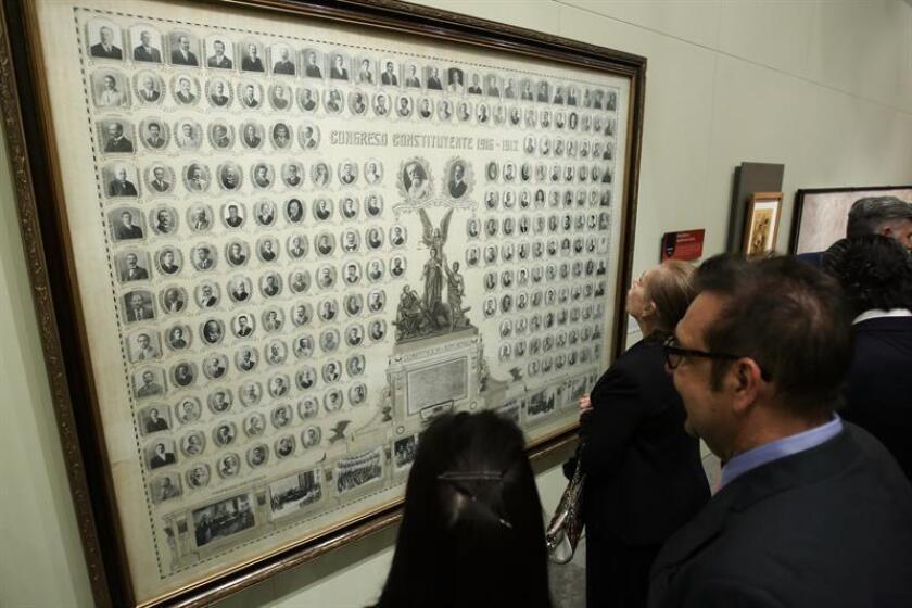 Visitantes observan una serie de imágenes del Congreso Constituyente de 1917, del fotógrafo mexicano José Mendoza hoy, miércoles 15 de febrero de 2017. EFE